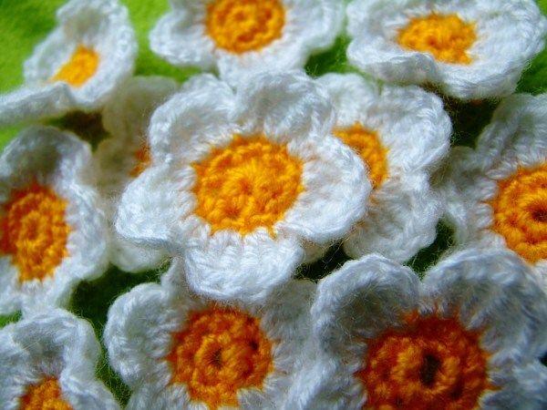 Gänseblümchen häkeln (pattern here: http://www.mambapferd.de/2013/03/18/diy-g%C3%A4nsebl%C3%BCmchen-h%C3%A4keln-crochet-daisies/)