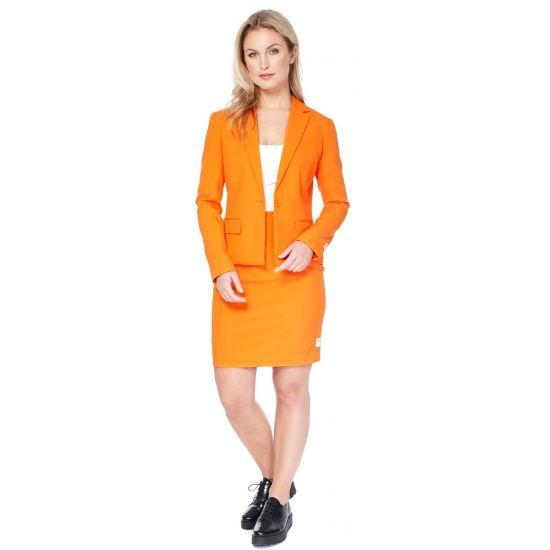 Getailleerd mantelpakje voor dames met een oranje uni kleur. Het mantelpakje bestaat uit een gevoerde blazer en een rok met elastiek in de taille voor een optimale pasvorm en een rits op de achterzijde. Zowel de blazer als rok hebben een split aan de achterzijde. Materiaal: 100% hoogwaardig polyester. Voor de echte Oranje liefhebber.