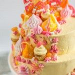 Feestelijke taart met meringue, cupcakes en chocolade