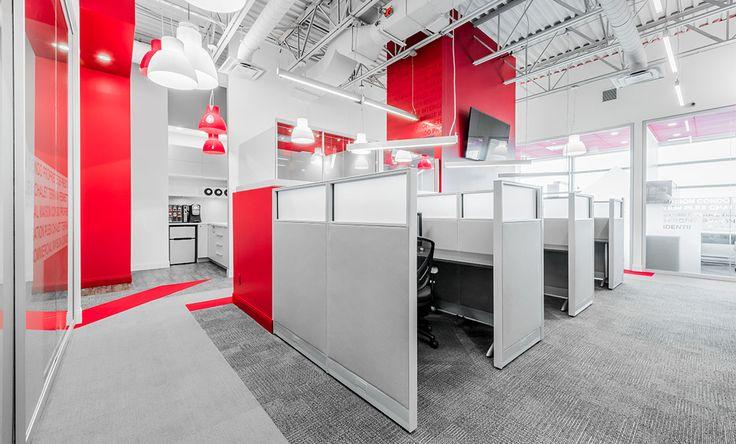 SPACIA a rentabilisé l'espace de travail en combinant des bureaux de courtiers et des postes de travail tout en maximisant l'éclairage naturel.