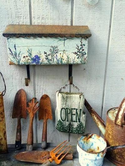 Garden graphic with recycled tools Have you 'saw' this?Look how Katrina Lounsbury collected several old and vintage hand saws to make a design on her she