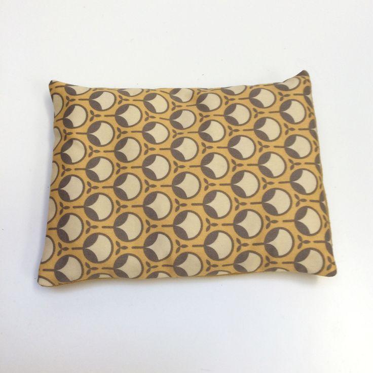 Petite bouillotte sèche aux graines de lin, housse imprimée motifs vintage moutarde : Soin, bien-être par le-bazar-creations