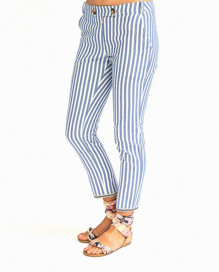 Узкие укороченные #брюки из коллекции #Tinsels. Яркий принт в сине-белую полоску – городской шик на каждый день. Отлично сочетаются с обувью и на каблуке, и на плоской подошве.