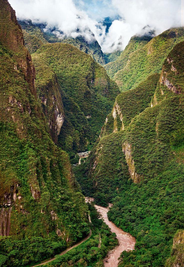 Valle del Urubamba  El Camino Inca discurre junto al cauce de este río considerado sagrado. En algunos tramos el agua pasa encajada entre altas paredes tapizadas de bosque.