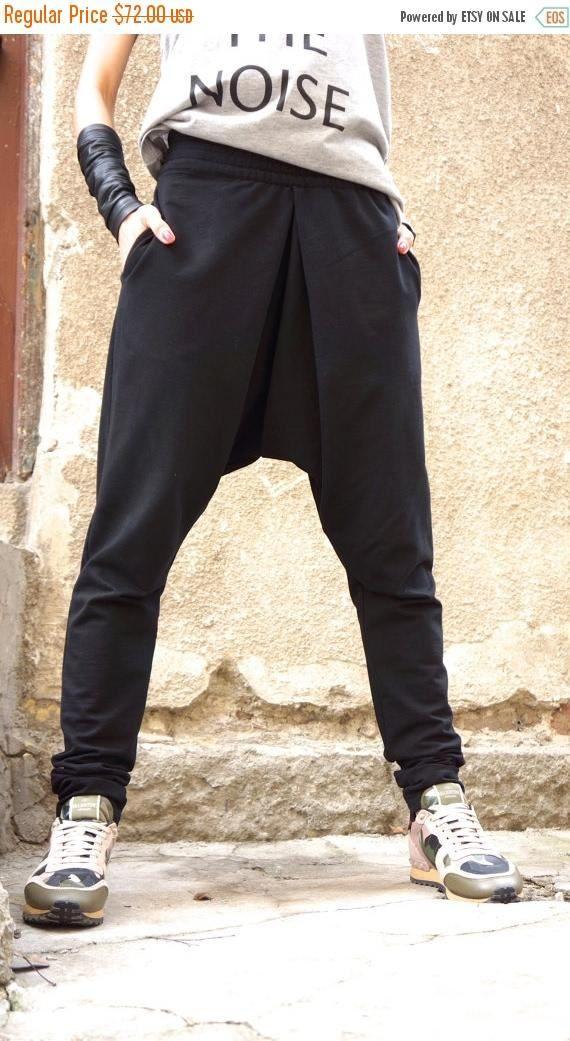 Esta entrepierna hermosa gota negra cómodos pantalones será su Prenda Must have para la nueva temporada... Asimétrica cremallera larga de frente, bolsillos laterales, cintura ajustable, alta y baja ambos perdido... Tan cómodo y fácil de usar al mismo tiempo un toque de elegancia y estilo... Usar con extravagante túnica, zapatillas, camiseta favorita o superior, o Sudadera o suéter... o qué más tienes en mente será siempre perfecto... Tamaño (XS, S, M, L, XL, XXL, XXXL, 4XL...) Tela algodón…