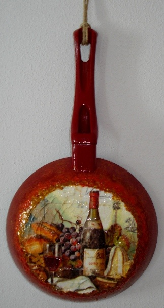 Vecchia padella riabilitata come oggetto decorativo.