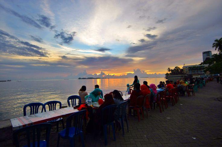 Menikmati Pisang Epe sambil menyaksikan Sunset di Pantai Losari, Makassar, Sulawesi Selatan. Indonesia