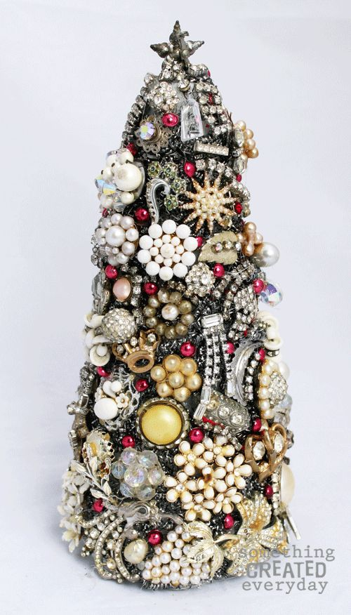 •❈• Something Created Everyday: Vintage Jewelry Christmas Tree in 3-D great instructions to make this DIY great.
