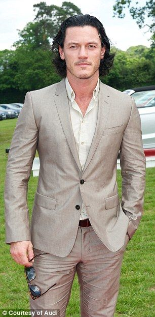 Not sure what this pic has to do with the article but it's Luke Evans so yay :D
