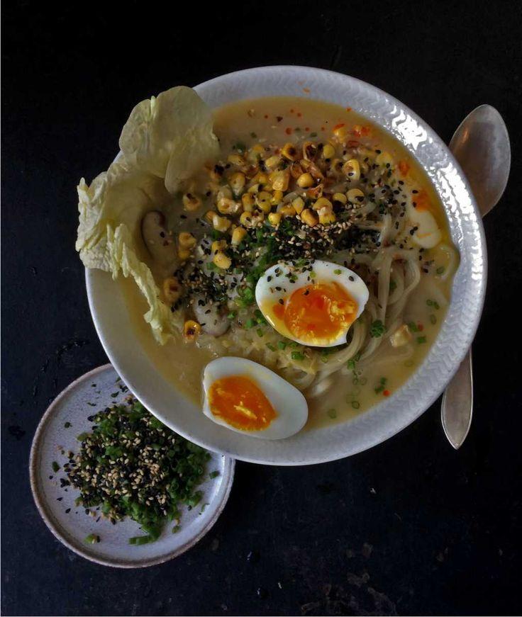 """, Vädergudarna har visat sig från sin bästa sida de senaste dagarna och jag slår vad om att du inte någon av kvällarna har tänkt """"idag ska jag laga Ramen-soppa till middag"""". Men tro mig, efter sol följer regn (det är ju midsommar om några dagar) och snart kommer även grillandets nykärhet att mattas av. Miso, majs och smör är vanligt i Ramen-soppor från den japanska ön Sapporo. Det är en riktigt fin kombination och med finhackad gräslök på toppen tycker jag att soppan blir grymt god..."""