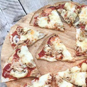 Gezonde wrap pizza met tonijn en zelfgemaakte tomatensaus