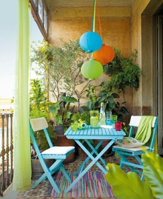 Sommerlaune-Balkon-Laterne-orange-grün-blau-Klappstühle-Pflanzen-Gardinen.jpg 550×672 Pixel