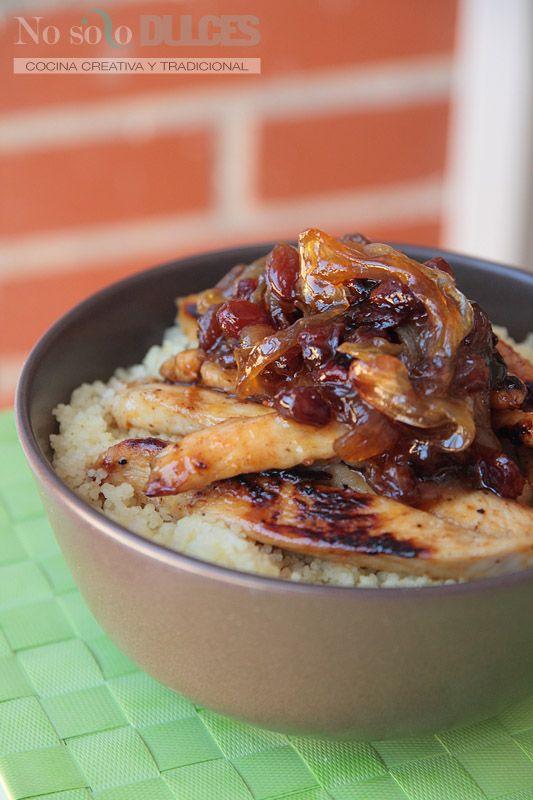 Una forma diferente de comer cuscús, con un toque dulce de miel y especiado con canela, acopañado por pollo, cebolla y pasas ¡Delicioso!