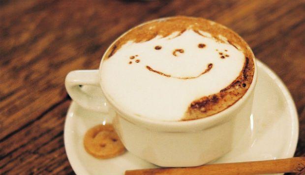 http://www.cafeexpresso.pt/como-fazer-cappuccino-em-casa/ - Como fazer um cappuccino em casa? - Uma bebida quente é o ideal para aquecer os dias frios de inverno. Conseguir a cremosidade ideal para fazer um cappuccino não é, no entanto, uma tarefa fácil. A mistura é feita com um café expresso e com leite vaporizado de forma a que se consiga obter uma camada de espuma suave e cremosa.