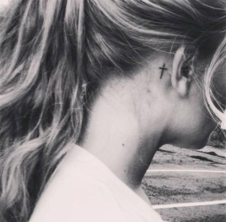 Tatouage derrière l'oreille croix