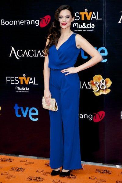 Cristina Abad  con mono azul de Dándara, salones de Lodi y clutch de Mibúh.