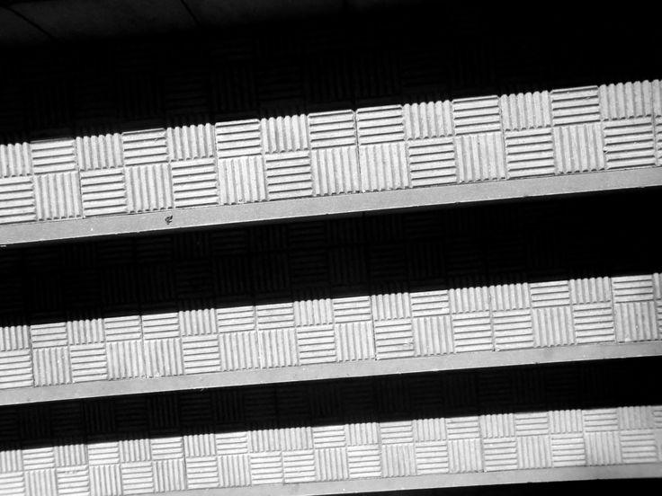 Detalhe arquitetônico - por Caio, 8A. Eu escolhi esta foto pois eu acho que ela cabe bem nos critérios, não existe apenas a repetição dos quadradinhos, mas também das sombras. Outro fato foi o processo, tive que deixar meu braço bem estendido, sem poder olhar para o visor da camera pois ela estava completamente para baixo.