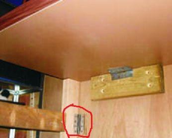 Используйте дверные петли, чтобы зафиксировать ножки верстака к стене