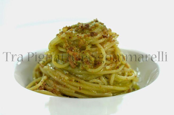 Spaghettini con crema di piselli, bottarga e crumble di pane alle olive taggiasche e aglio   Tra pignatte e sgommarelli