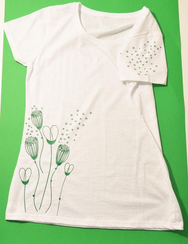 maglia femminile puro cotone con stampa di un fiore stilizzato e con decorazione anche sulla manica sinistra, possibilità di personalizzazione del articolo