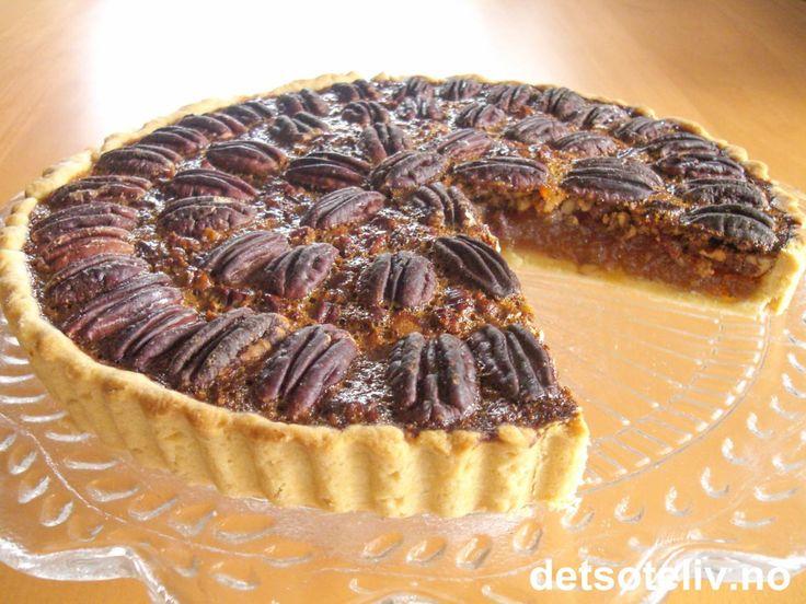"""""""Pecan Pie"""" er definitivt av de aller mest kjente amerikanske kakene. Paien består av en mørdeigsbunn som fylles med et klissete og søtt pecannøttfyll. Kaken smaker alldeles nydelig sammen med iskrem eller kald pisket krem."""