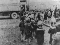 Crianças judias e seus pais esperam deportação para o campo de triagem de Westerbork. - Amsterdã, 25 e 26 de maio de 1943.