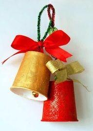 Nodig: -papieren bekertjes -chenille draad -lint -verf -glitters -belletjes Schilder een papieren bekertje in een mooie kerstkleur...