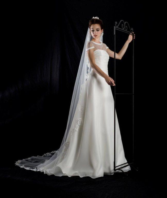 Abito in organza di seta - scollo in trasparenza staccabile dall'abito - Velo in pizzo -  Atelier Bolzoni Spose