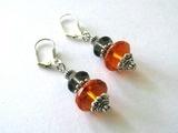 Zilverkleurige oorhangers amber en grijze kralen...