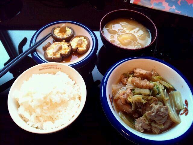 2013年6月5日(水)  白菜と鶏胸肉すき焼き風味: 白菜4分の1、鶏胸肉一切れ(一晩砂糖醤油に漬け込む) 玉ねぎとジャガイモの味噌汁: 玉ねぎ2個、ジャガイモ5個、鰹出汁ちっちゃいの2袋、味噌適当 マヨ生しいたけ 生しいたけ(マヨネーズと醤油かけてサランラップしてレンジで3分チン)  砂糖を馴染ませると肉が柔らかくなると聞いたので、やってみる。味しゅむし柔らかいしで、たいへん良い♪  白菜のやつも、しいたけのやつも、できたてより一度冷まして味を染み込ませた方が美味しい。冷ましてる間に味噌汁を作る。 - 3件のもぐもぐ - 白菜と鶏胸肉すき焼き風味と、玉ねぎとジャガイモの味噌汁と、マヨ生しいたけ by maro14