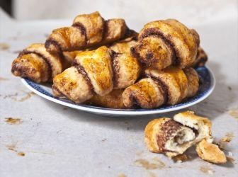 Rugelach recept (diós és csokoládés): Ez az édes töltött kifli évente kétszer kerül a zsidó vallásúak asztalára: egyszer hanuka (a makkabeus hősök emlékünnepe) táján, egyszer pedig a tu bisvát (a fák újéve) ünnepén. http://aprosef.hu/rugelach