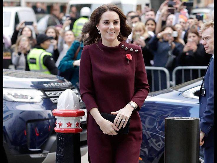 In London bewies Herzogin Kate ihr Gefühl für den richtigen Look bei kühleren Temperaturen. Dreiviertelärmel und eine dicke Strumpfhose machten ihr kurzes, weinrotes Kleid zu einem modischen Herbst-Outfit. Es ist kalt draussen und Herzogin Kate (35) steigt ganz unverfroren in einem kurzen Kleid...