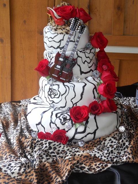 Rockabilly Retro Wedding | Rockabilly & Vintage outdoor Wedding Ideas / glam rock wedding cake