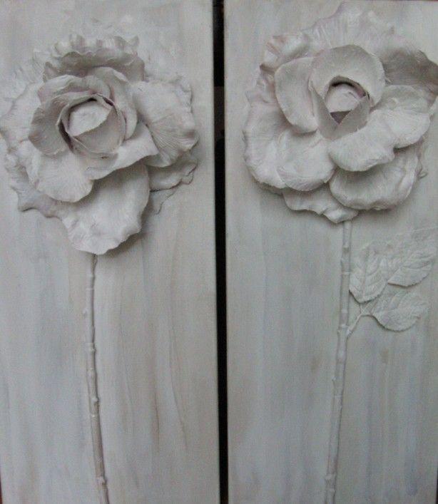 een plastic bloem op canvas of hout plakken,bewerken met primer en schilderen