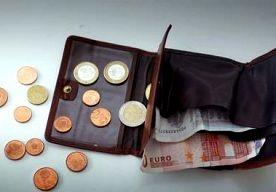 23-Apr-2013 10:05 - VINDER WIL PORTEMONNEE NIET TERUGGEVEN. Een 24-jarige man uit Amsterdam is maandagmiddag aangehouden nadat hij een portemonnee met geld had gevonden en deze niet aan de eigenaar…...