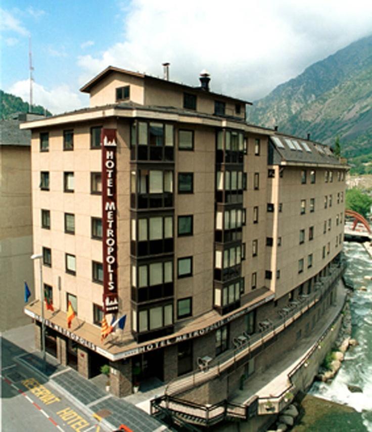 """HOTEL METROPOLIS EN ESCALDES, ANDORRA  Situado a 150 metros de Caldea en el Centro Comercial de Escaldes, y a tan sólo 10 km de las Estaciones de Esquí de Vallnord y Grandvalira. El Hotel Metropolis dispone de habitaciones dobles, triples, Junior Suites y la """"Suite Valira""""."""