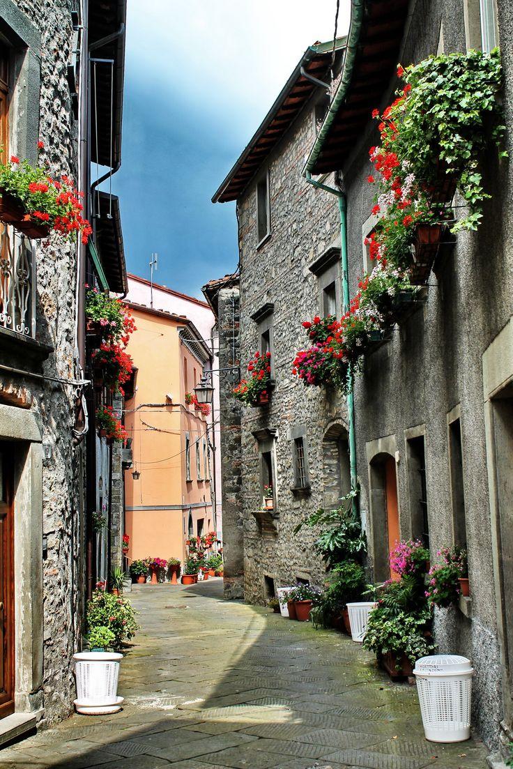 CASTIGLIONE DI GARFAGNANA (Toscana) Italy - by Guido Tosatto