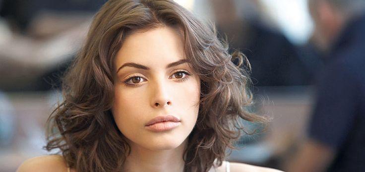 """Second skin: """"La piel es protagonista. Se trata de resaltar su luminosidad, para que se vea fresca y saludable. Destacan los tonos nude en ojos y cara, sutil rosa en mejillas y labios muy naturales"""", explica Carla Gasic."""