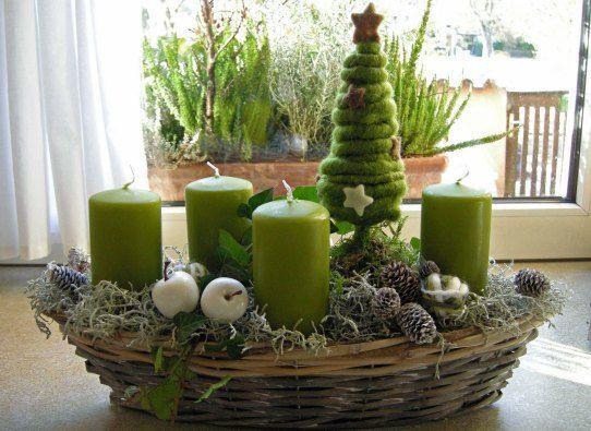 Idee voor grote rieten mand met kaarsen en kerstboompjes er in