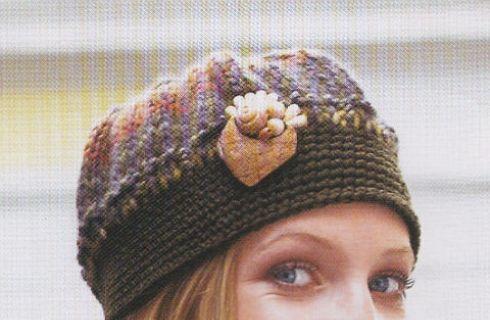 Un grazioso cappellino di lana in maglia da realizzare con ferri e uncinetto e da impreziosire con una spilla, per un inverno caldo e fashion!