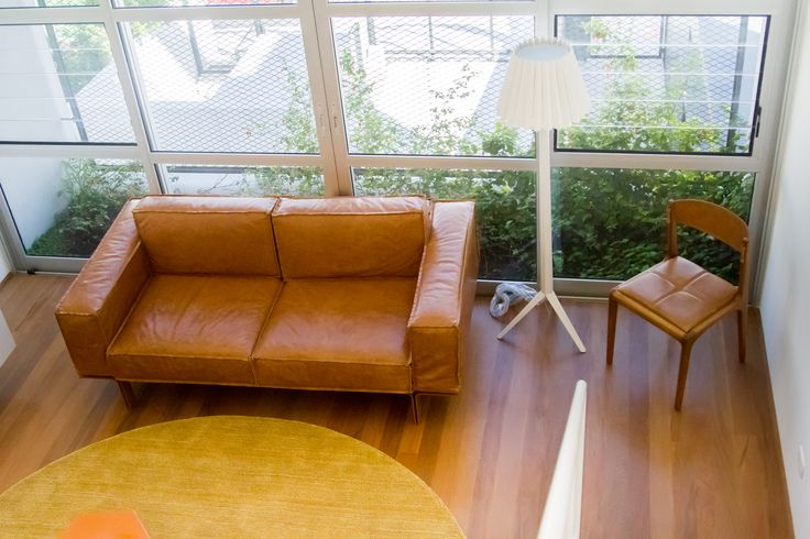 Mais um projeto incrível em parceria com o estudiobola no Edifício Camburi - Lapa. Sofá Less | Coluna Plier | Cadeira Helga  Foto de Renata Allegro fotografia