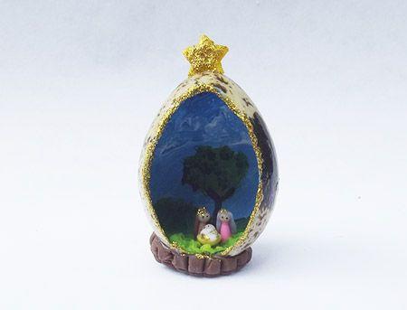 Pesebre miniatura en huevo de codorniz