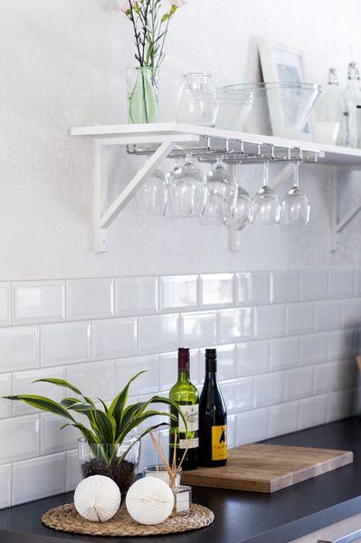 hylla,vägghylla,kök,köksbänk,glashållare,glas,diy,do-it-yourself