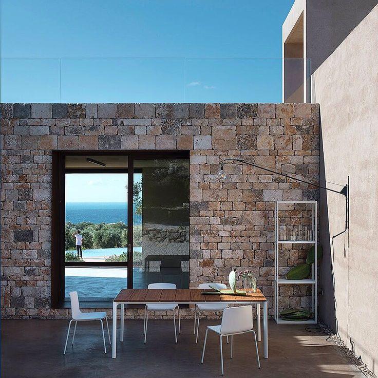 I prodotti di Kristalia Design si integrano alla perfezione in questa nuova architettura moderna nel Salento. Villa Camilla Apulia Shooting Outdoor Collection