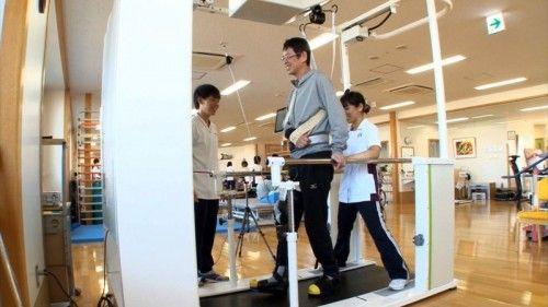 Le Welwalk WW-1000, conçu par Toyota pour la rééducation des personnes paralysées d'un membre inférieur, sera proposé en location à des établissements médicaux https://www.youtube.com/watch?v=F47iV6JYh0A