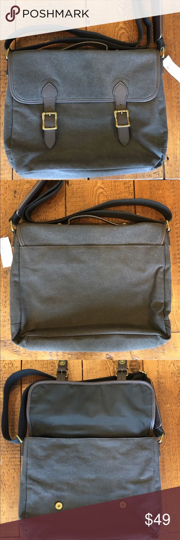 Never used Banana republic messenger bag Brand new 🌟no flaws! Inside one compartment divider, a pocket with a zipper and 2 open pockets too. Approximate dimensions are 13.5in x 11.5in x 3in Banana Republic Bags Messenger Bags
