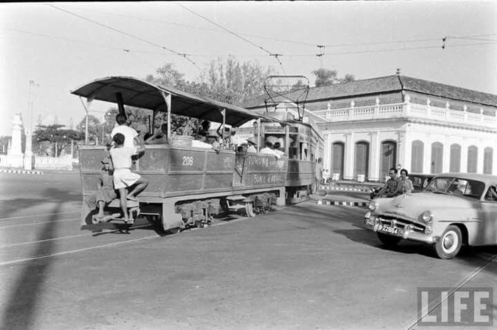 Trem listrik depan Gedung Harmoni, 1960
