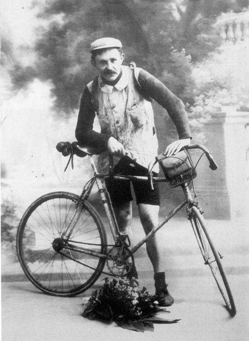 """Giro delle Fiandre 1919, 23 marzo. Henri Van Lerberghe (1891-1966). Era noto come """"The Deathrider da Lichtervelde"""", perché in partenza minacciava gli avversari di attaccarli tirando alla morte. I suoi sconsiderati attacchi lo resero così popolare, ma gli costarono tante energie e poche vittorie. Anche nel Fiandre 1919 attaccò da lontano, ma tra mille peripezie (rubò con un trucco il cibo di Marcel Buysse, """"attraversò"""" un treno fermo sui binari) giunse al traguardo con ben 14 minuti di…"""