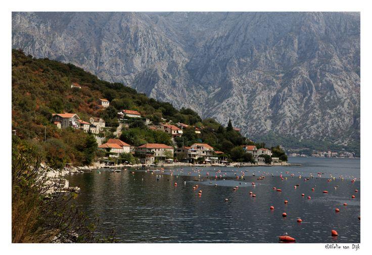 Donji Orahovac. Er wordt veel aan visserij gedaan in de Baai van Kotor zoals hier bij het dorpje Donji Orahovac in Montenegro.