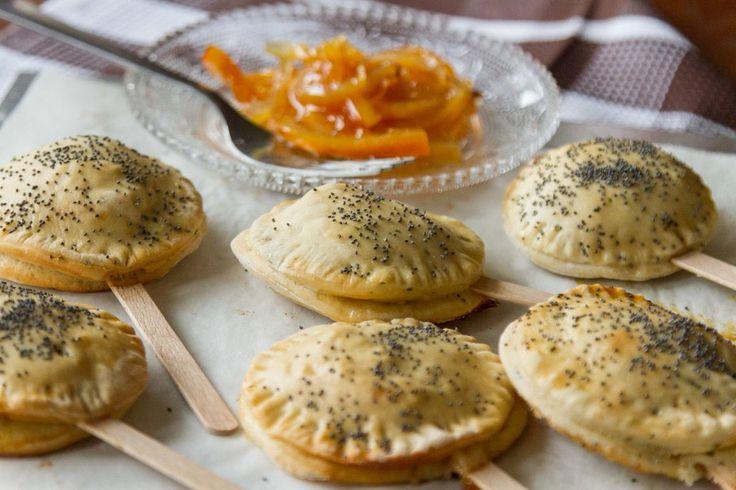 Ρολάκια με γέμιση από μαρμελάδα πορτοκάλι και τυρί κρέμα. Μία εύκολη συνταγή για σνακ και finger food!